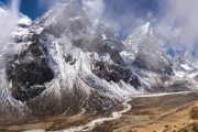 Nepal - Everest - Besneeuwde toppen Cholatse en de vallei bij Periche