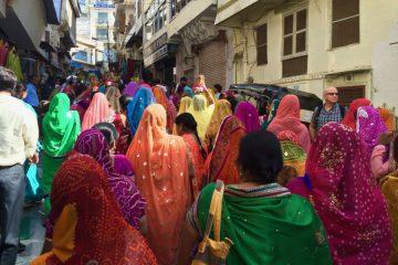 India - Vrouwen met kleurrijke gewaden door de straten