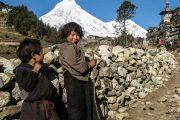 Kinderen tijdens Manaslu trekking Nepal