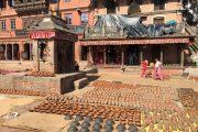 Nepal Bhaktapur Potten in de zon