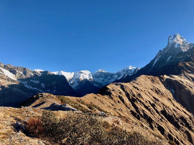 Uitzicht op de besneeuwde toppen van de Himalaya