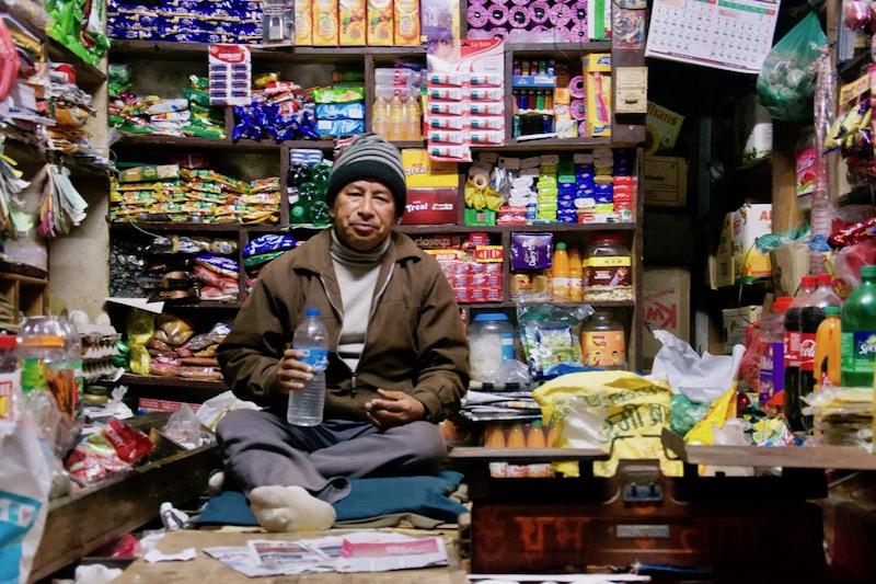 Lokale man in winkeltje in Panauti