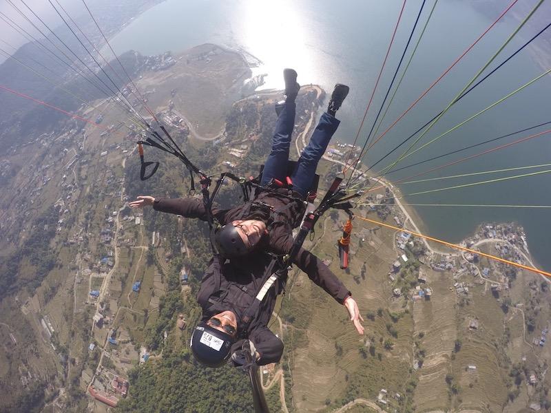 Paragliding boven het Phewa-meer in Pokhara Nepal