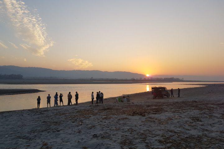 Ondergaande zon aan de Narayani rivier in Chitwan Nationaal Park