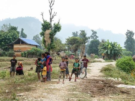 Karnali Bheri rivier kinderen in lokaal dorp