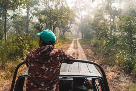 Wild spotten vanuit de jeep tijdens de junglesafari in Shuklaphanta Nationaal Park Nepal