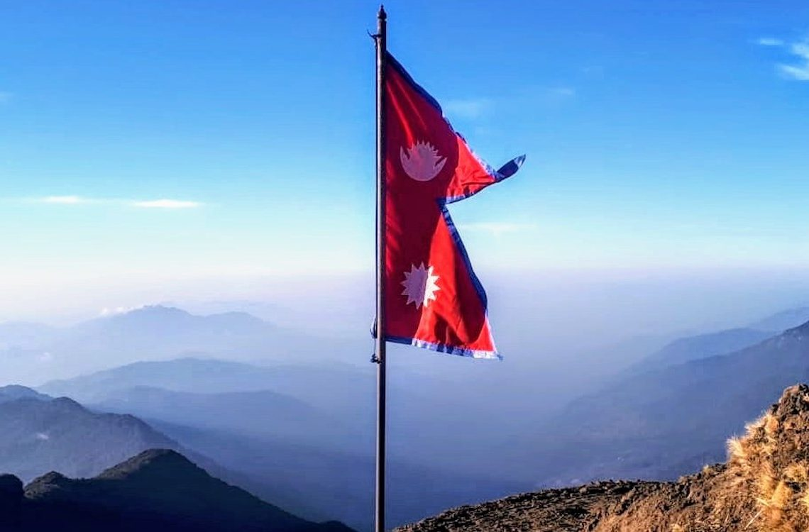 travel Nepal - vlag Nepal uitzicht op de bergen
